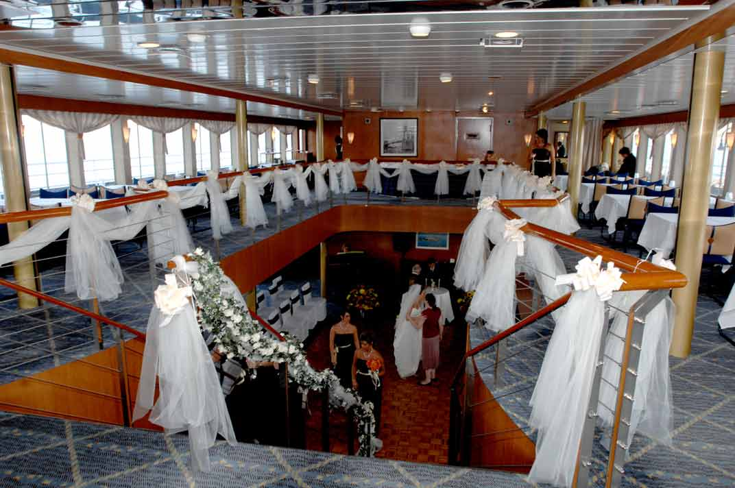 Manhattan Harbor Dinner Cruise Line With Spectacular Views